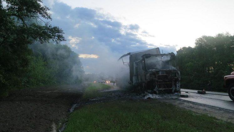 На орловской трассе ГАЗель и белорусская фура сгорели после ДТП 3