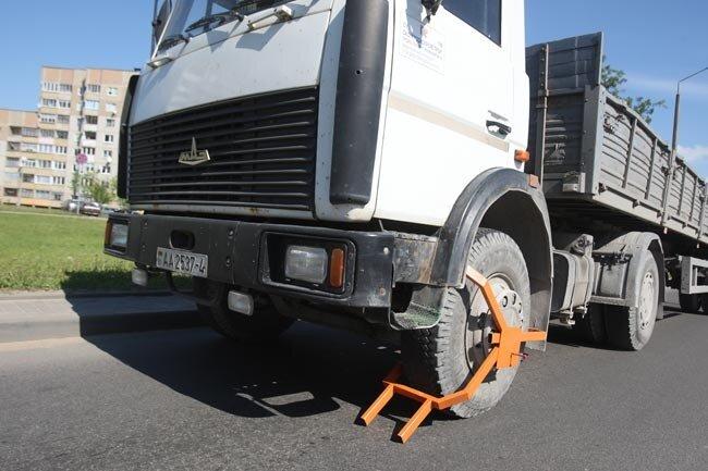 Колеса неправильно припаркованных грузовиков в Минске начали блокировать 1