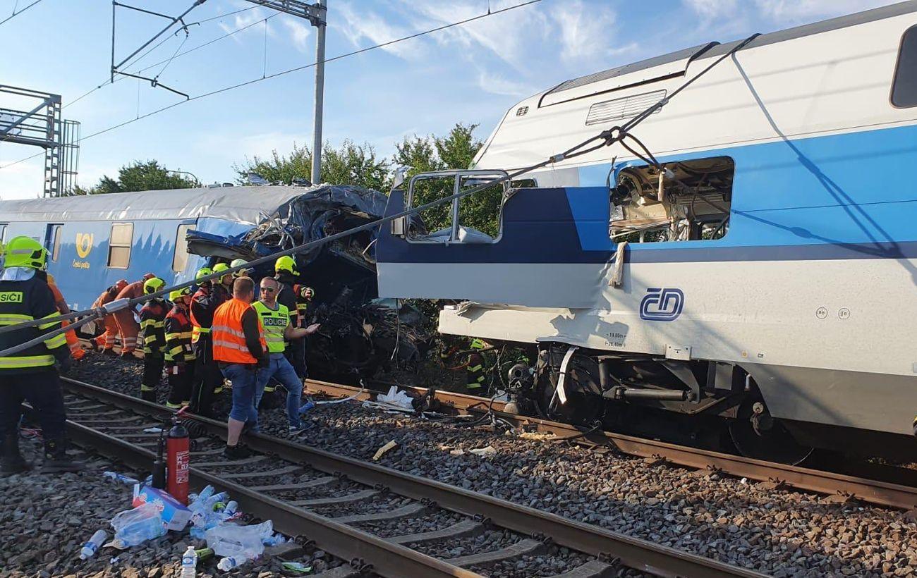 В Чехии пассажирский поезд врезался в товарный состав. Обновлено 1