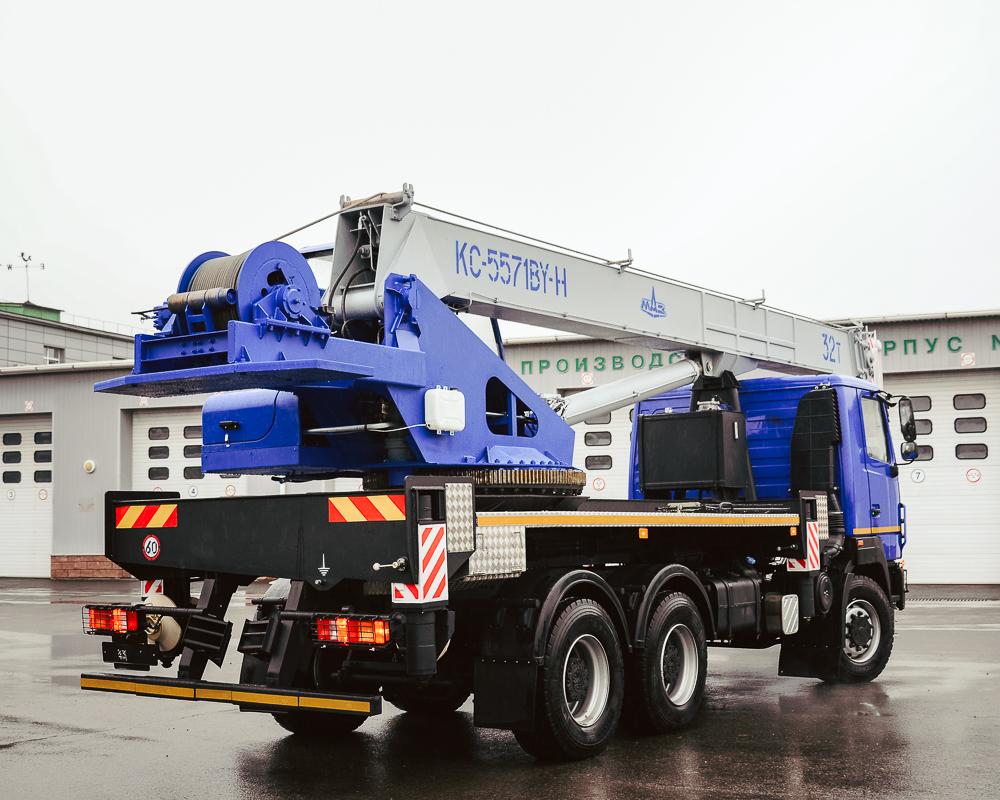МАЗ собрал 32-тонный автокран для езды по дорогам без спецразрешений 1