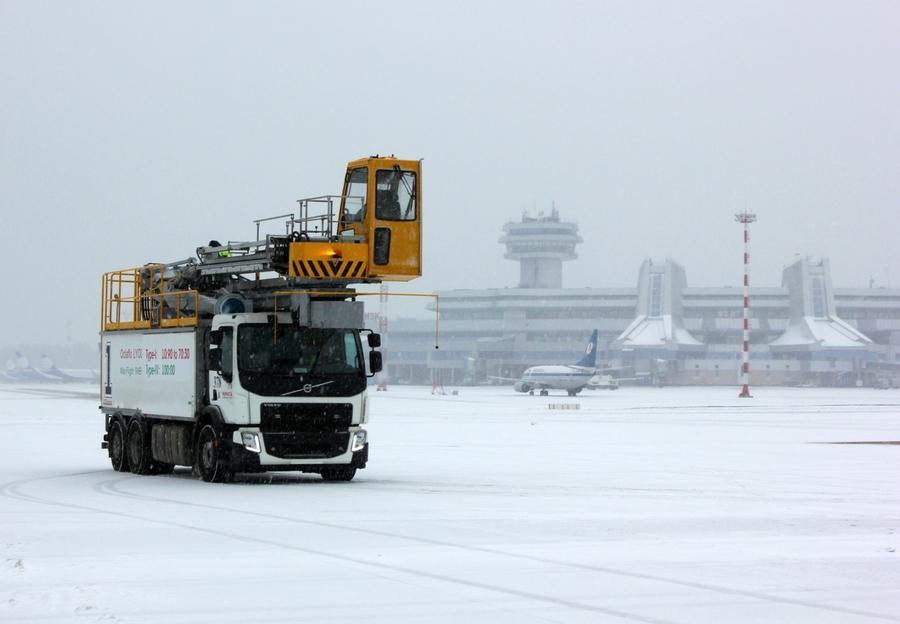 Что такое деайсинг? Как и зачем поливают самолеты зимой? 1
